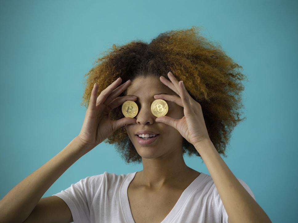 目玉がお金の女性